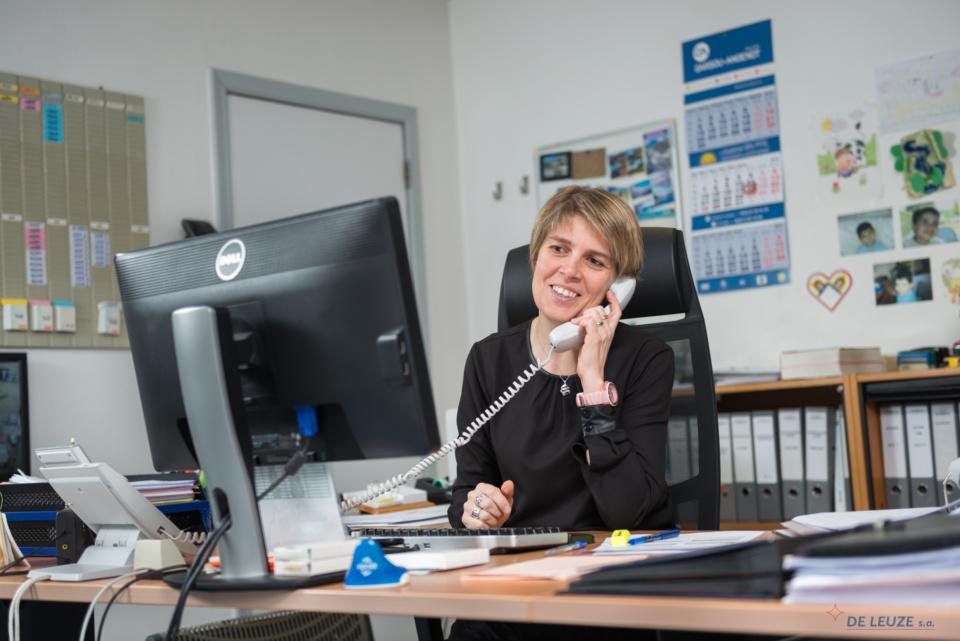 Customer service receives a call Vinciane Olivier Contact De Leuze Group